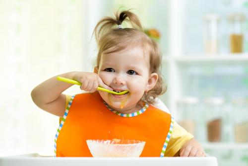 дитина сама їсть